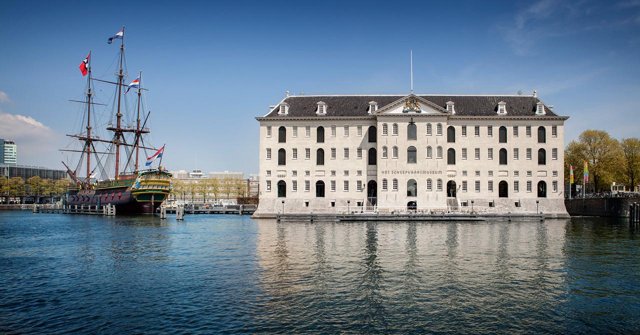 Scheepvaartmuseum-vanaf-het-water