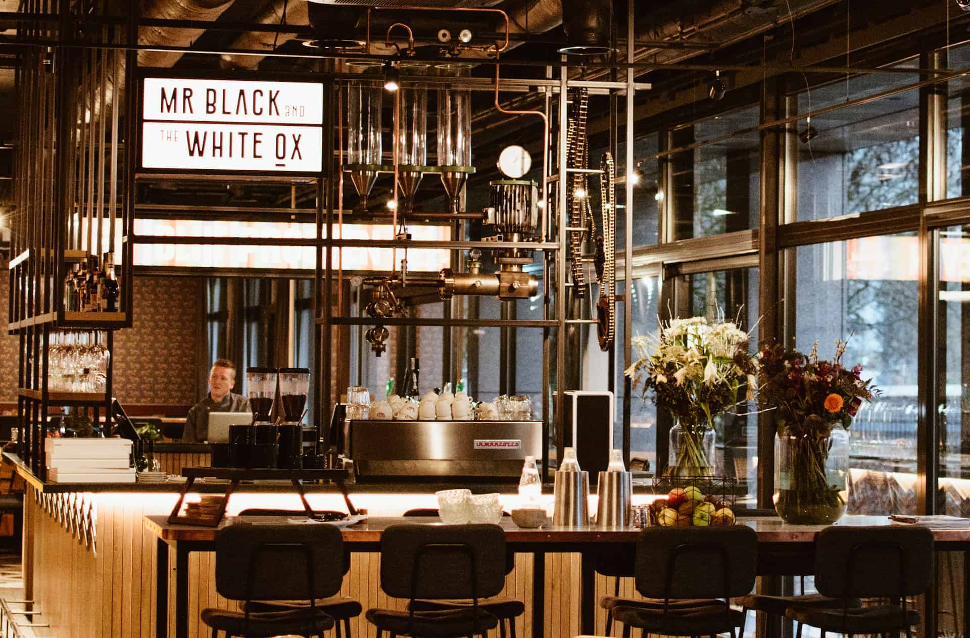 nieuw restaurant mr black and the white ox met skybox. Black Bedroom Furniture Sets. Home Design Ideas